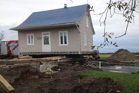 Levage de maison Robert Desjardins sur la Rive-Nord à Laval